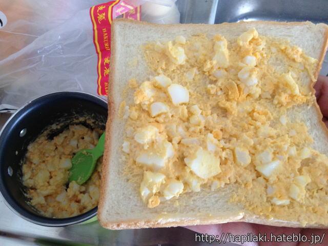 ゆで卵とマヨネーズを食パンに乗せる