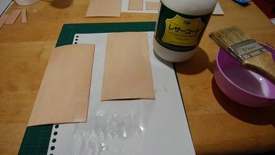 レザーコートを刷毛で塗布