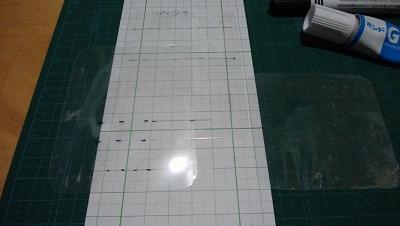 型紙と比較しながらラミネート貼付け