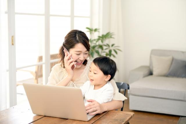 パソコンの前で笑う母とその子供