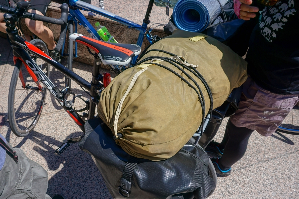 バイカーズ用のテントを荷台に乗せる小串チャリ
