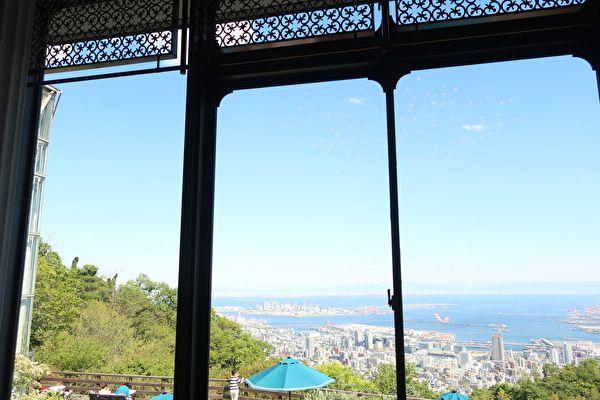 ザ・ヴェランダ神戸 カフェラウンジ 大きな窓からの景色