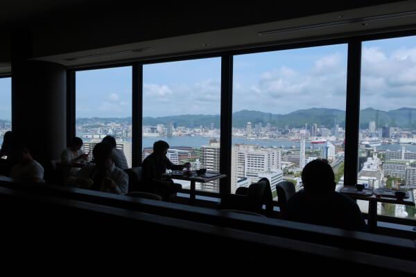 レストランの窓から見える眺めの良い景色