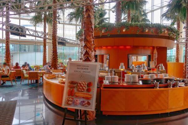 カフェトスカの中央にはライブキッチン(横浜ベイホテル東急)