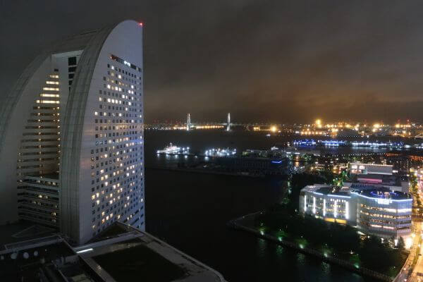 客室バルコニーから見える横浜ベイブリッジ(横浜ベイホテル東急)