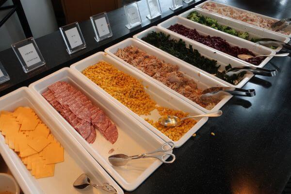 野菜やチーズなどがあるコーナー(横浜ベイホテル東急)