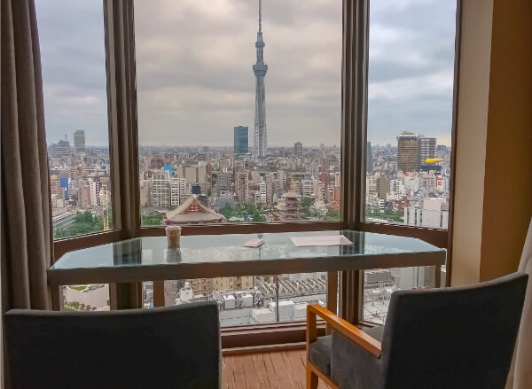 客室のカウンターバーから見える絶景(浅草ビューホテル)