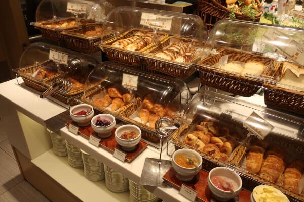 デニッシュ系や食パン系など種類豊富なパンコーナー(浅草ビューホテル)