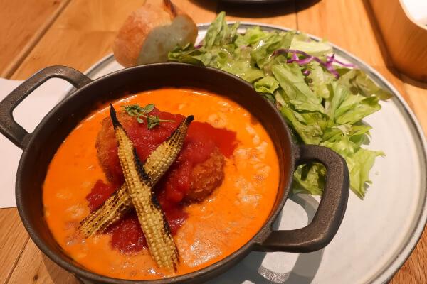 カニクリームコロッケとヤングコーンのトマトクリームグラタン(タカナシミルクレストラン)