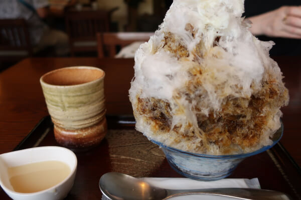 温かいお茶と小皿に入った練乳がセットで付いてきます(葉山「日の出園」)