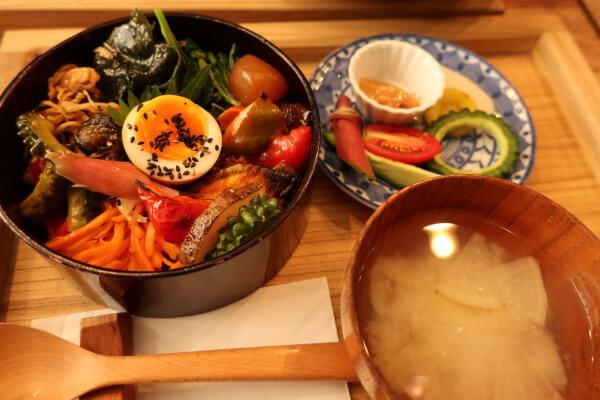 色鮮やかな野菜たちが映えるランチセット♡(葉山「Seedling」)