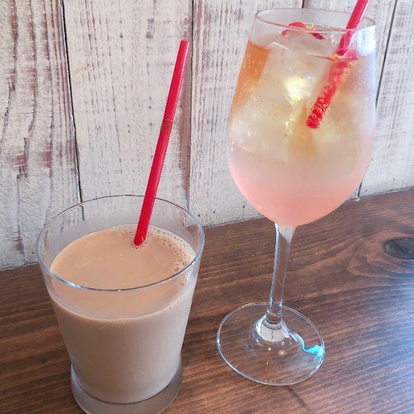 プレミアムアイスコーヒー牛乳(写真左)