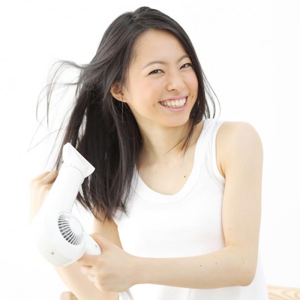 つやつやの髪が欲しいならドライヤーを正しく使って、手早く乾かしてキューティクルの向きを整えましょう!