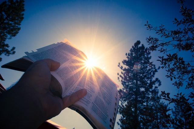 太陽の光が聖書を照らしている