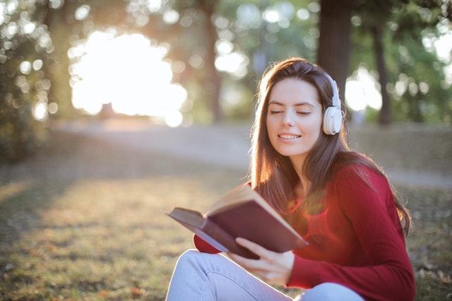 賛美歌を聞きながら聖書を読んでいる女性