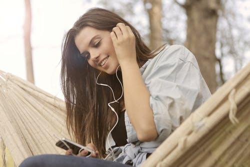 賛美歌を聴いている女性