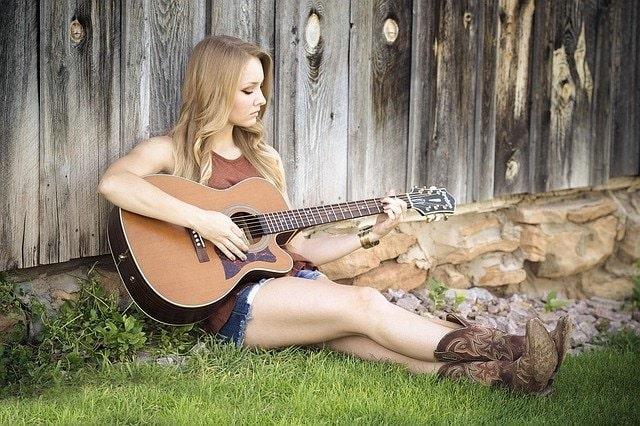 賛美歌を演奏する女性