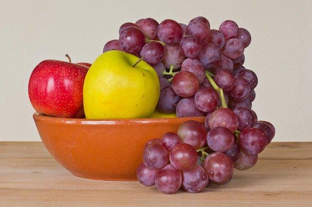 約束のネバーランドに頻繁に描かれるリンゴとブドウ