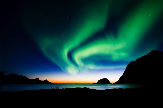 世界幸福度ランキング2021にて、6位に輝いたノルウェーのオーロラ
