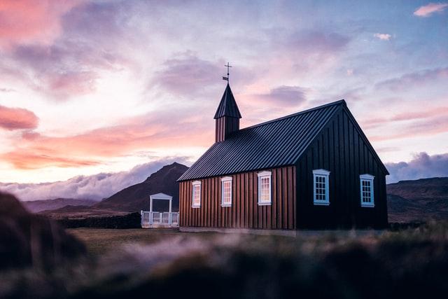 ピンク色の空の下に教会がある