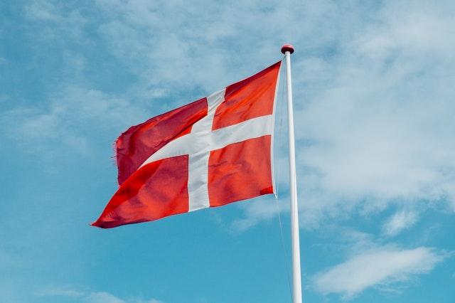 世界幸福度ランキング2021にて、2位にランクインしたデンマークの旗