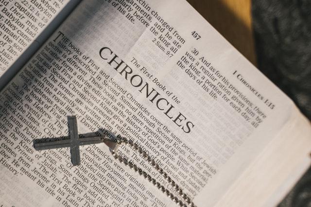 十字架のペンダントが聖書の上にある