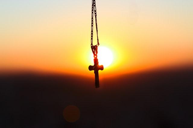 夕焼けと十字架のペンダント