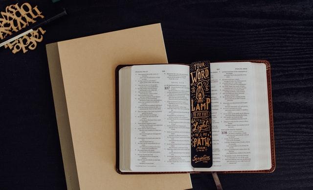 多くのアニメに影響を与える聖書が開いたままで置かれている