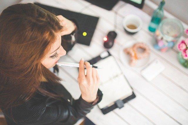 仕事をしながら考え事をする女性