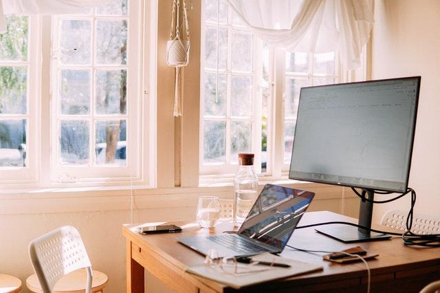 在宅ワークに使うパソコンがデスクの上に置いてある