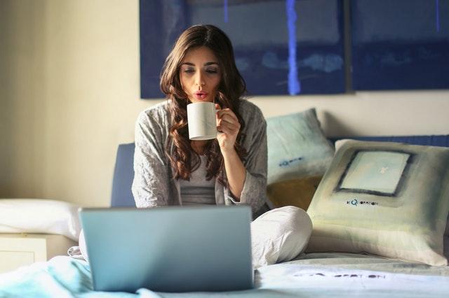 夜に家で仕事をする女性