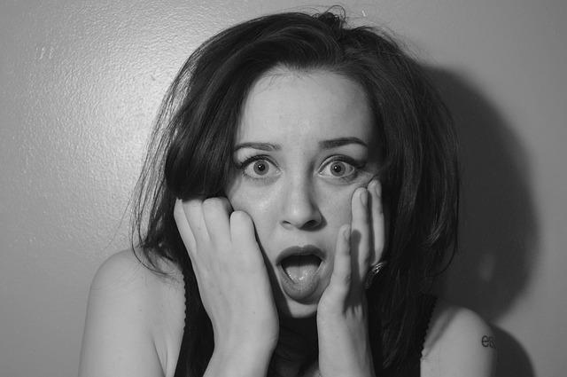 うつ病の原因が悪霊であることを知って驚く女性