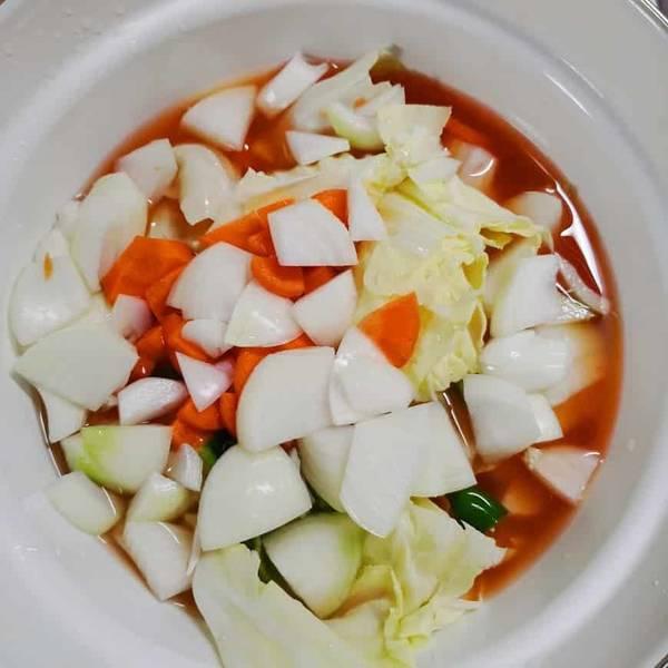 野菜を切って鍋に入れる