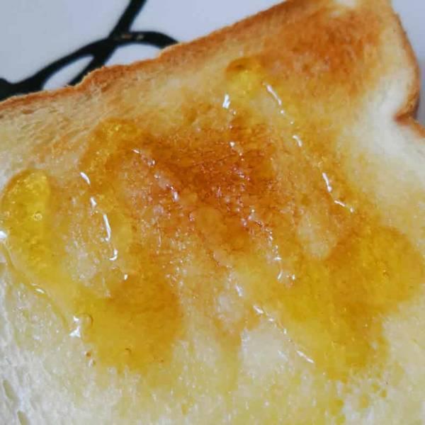 パンの表バターとはちみつ