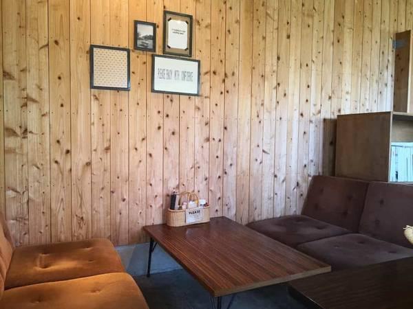 壁際のソファー席