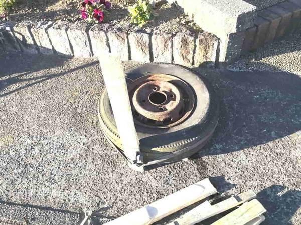 タイヤの周りに竹を並べる