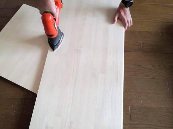 サンダーで板の表面をやすりがけ