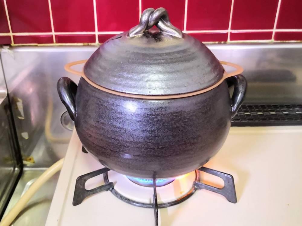 糖質をカットできる土鍋を火にかける
