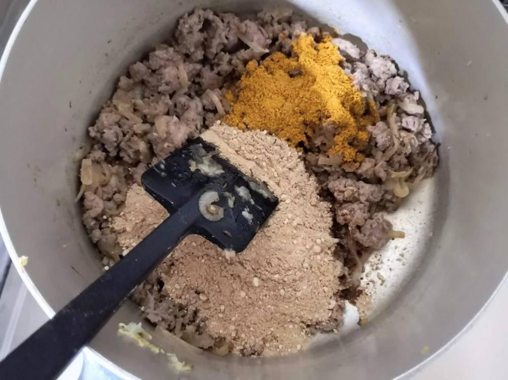カレー粉を加える