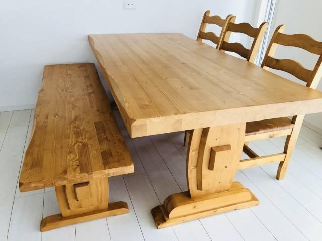 2本足のダイニングテーブル