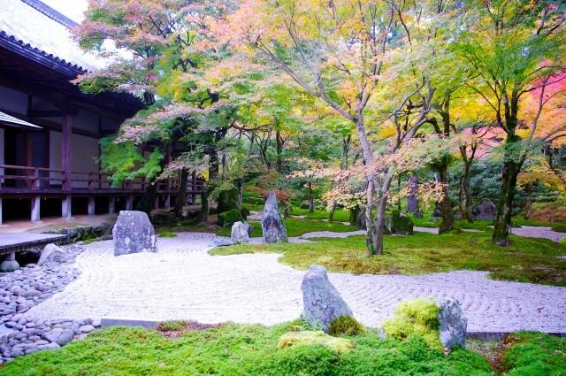 お寺の庭の写真