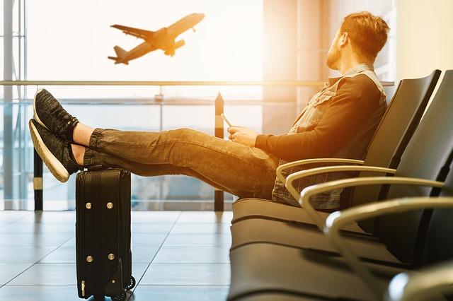 飛行機を待っている男性