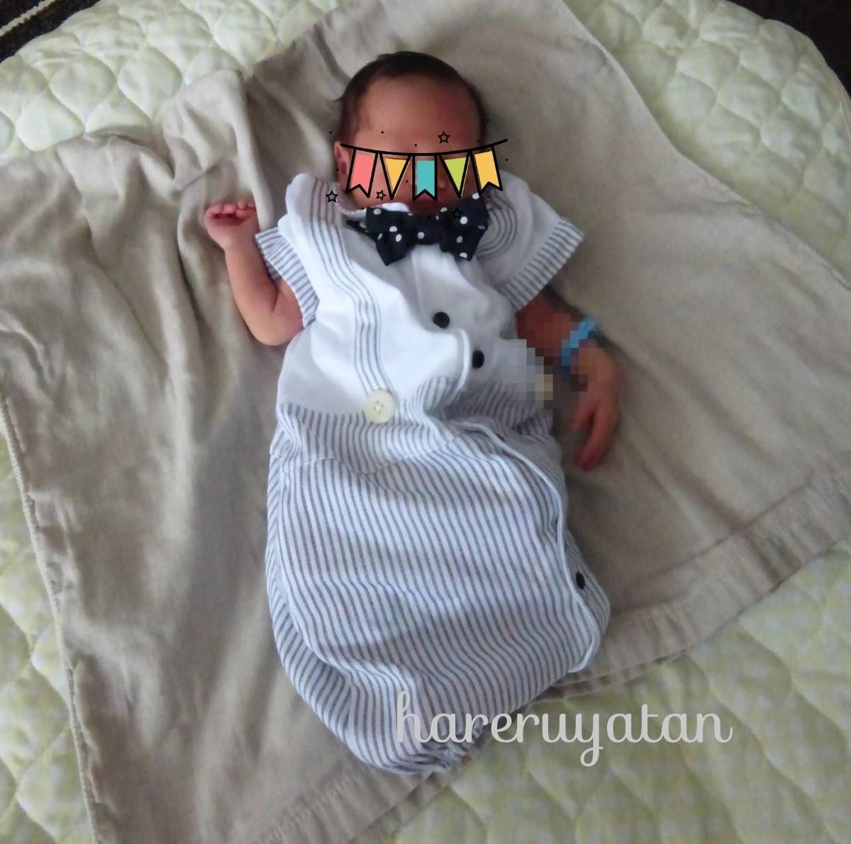 万能ガーゼタオルをおくるみ代わりにしている息子の写真