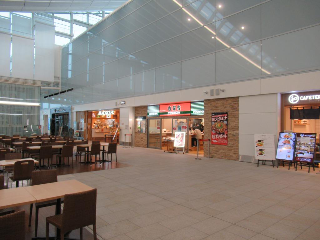 人のいないターミナル内で営業しているファーストフード店