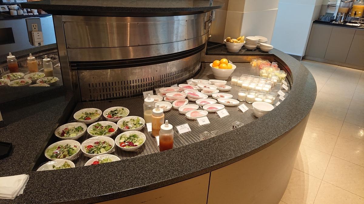 朝食・サラダやヨーグルト