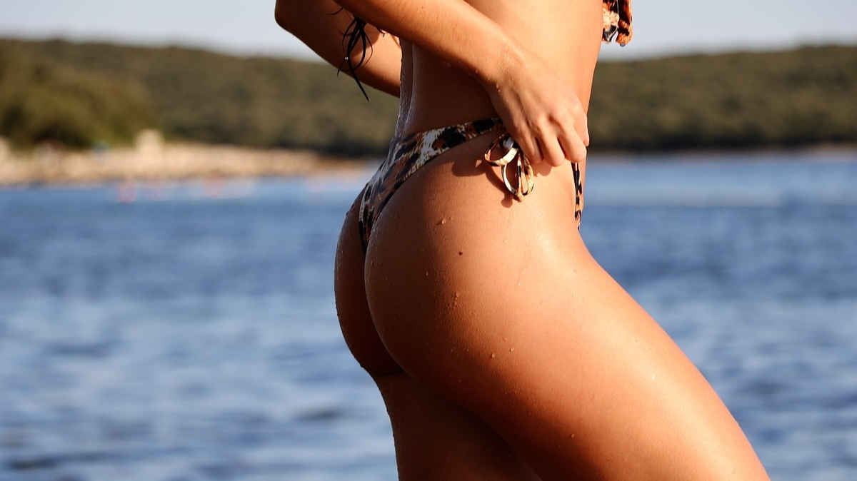 外国人女性のビーチが似合うお尻