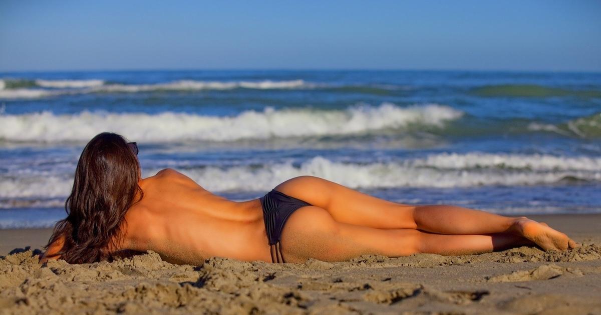 横たわる外国人女性のお尻が美しい