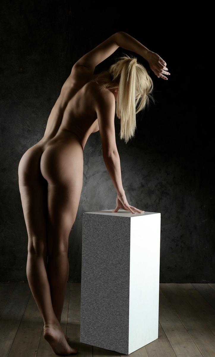 立ち姿が美しい外国人女性とお尻