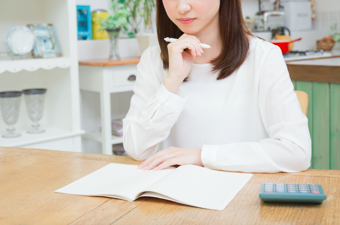 保険の見直しを考える女性