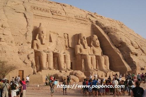3大ピラミッドの中央にあるカフラー王のピラミッドとスフィンクス